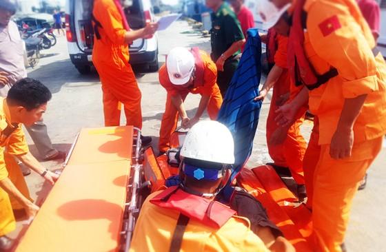 Xuyên đêm cứu ngư dân bị đứt gân chân ở vùng biển Hoàng Sa ảnh 7