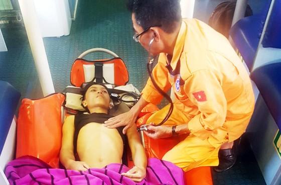 Xuyên đêm cứu ngư dân bị đứt gân chân ở vùng biển Hoàng Sa ảnh 5