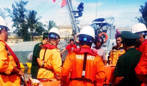 Xuyên đêm cứu ngư dân bị đứt gân chân ở vùng biển Hoàng Sa ảnh 4