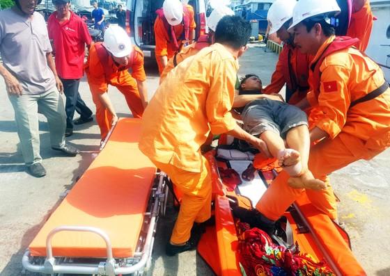 Xuyên đêm cứu ngư dân bị đứt gân chân ở vùng biển Hoàng Sa ảnh 6
