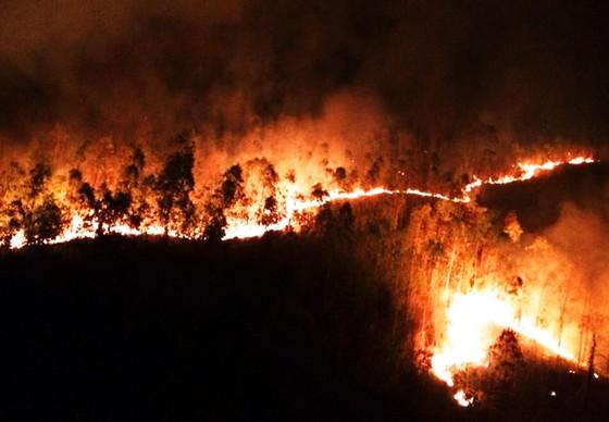 Hơn 2 ngày chiến đấu cật lực với lửa lớn ở núi Kỳ Lễ ảnh 1
