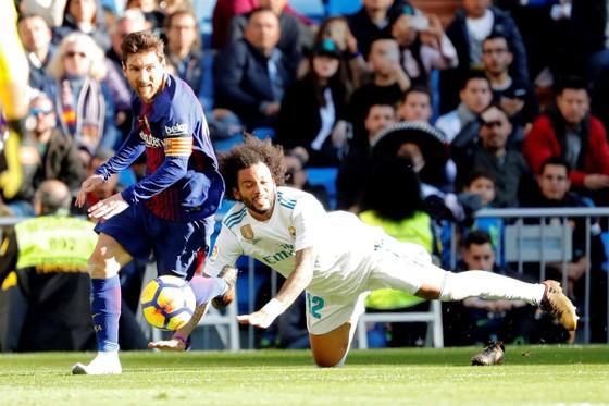 Chỉ 1 chiếc giày Messi vẫn nguy hiểm