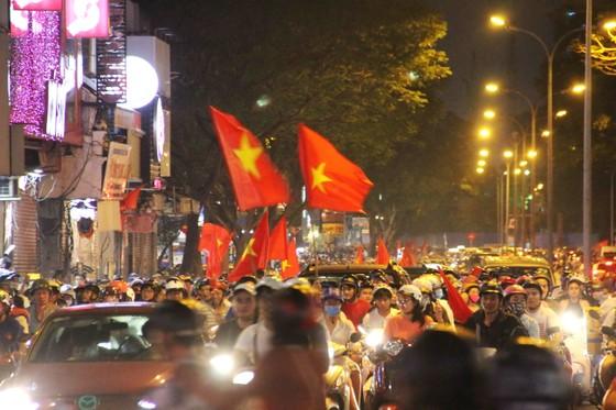 U23 Việt Nam thắng, TPHCM rợp cờ hoa ảnh 3
