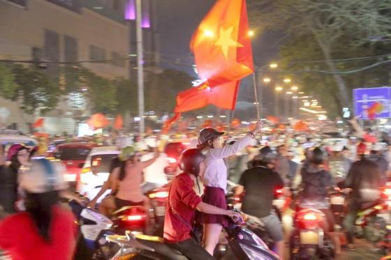 U23 Việt Nam thắng, TPHCM rợp cờ hoa ảnh 5