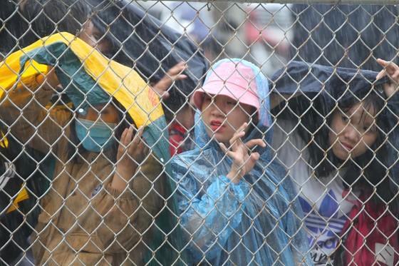 Người hâm mộ Bình Dương đội mưa đón xem thầy trò HLV Park Hang-seo tập ảnh 5