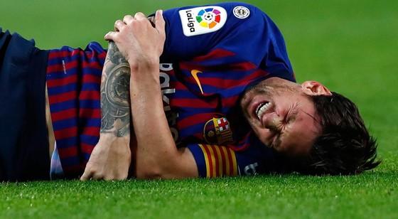 Barcelona - Sevilla 4-2: Coutinho, Suarez, Rakitic ghi bàn, Messi chấn thương nặng ảnh 1
