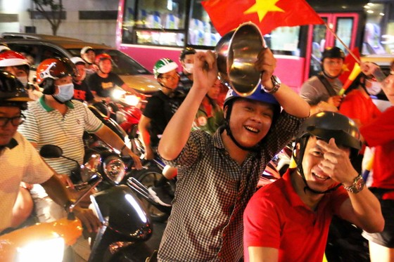 Người hâm mộ TPHCM xuống phố mừng chiến thắng  ảnh 8