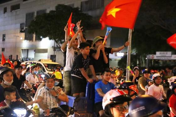 Người hâm mộ TPHCM xuống phố mừng chiến thắng  ảnh 7
