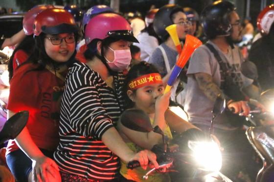 Người hâm mộ TPHCM xuống phố mừng chiến thắng  ảnh 6