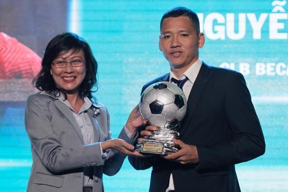 Trực tiếp Gala Trao giải QBV Việt Nam 2018: Tuyết Dung đoạt Quả bóng vàng nữ ảnh 7