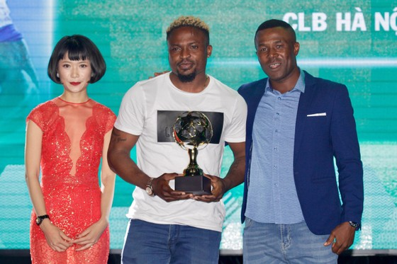 Trực tiếp Gala Trao giải QBV Việt Nam 2018: Tuyết Dung đoạt Quả bóng vàng nữ ảnh 26