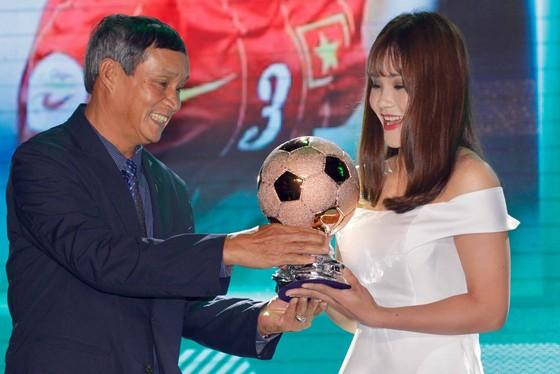 Trực tiếp Gala Trao giải QBV Việt Nam 2018: Tuyết Dung đoạt Quả bóng vàng nữ ảnh 16