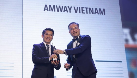 Ông Huỳnh Thiên Triều, Giám đốc Điều hành Amway Việt Nam nhận giải thưởng Nơi làm việc tốt nhất Châu Á 2019 do HR Asia, tạp chí nhân sự hàng đầu Châu Á trao tặng.