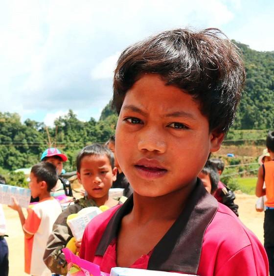Hơn 100 triệu đồng quà trao tặng các xã tại Tây Giang ảnh 1