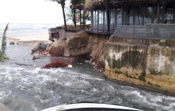 Căng dây, cắm biển báo nguy hiểm tại bờ biển Đà Nẵng ảnh 2
