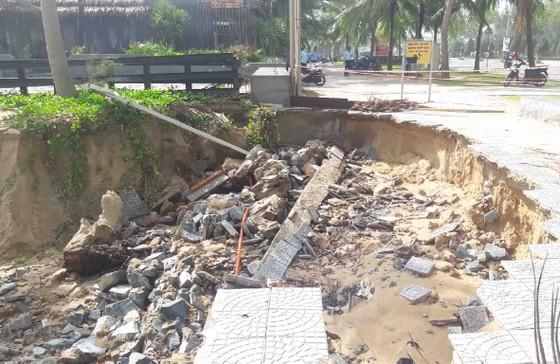 Bờ biển Đà Nẵng, Quảng Nam sạt lở nghiêm trọng do mưa to, gió lớn ảnh 5