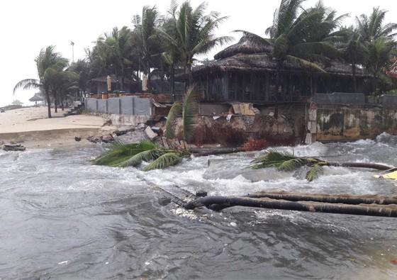 Bờ biển Đà Nẵng, Quảng Nam sạt lở nghiêm trọng do mưa to, gió lớn ảnh 1