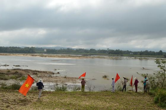 Dân tụ tập phản đối chính quyền nạo vét cát ảnh 1