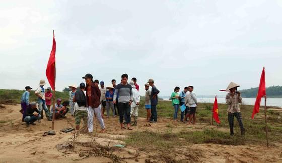 Quảng Nam: Ngày thứ tư liên tiếp người dân tụ tập phản đối việc khai thác cát ảnh 1