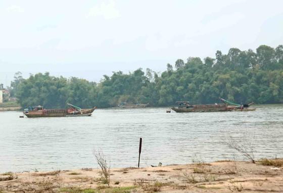 Quảng Nam: Ngày thứ tư liên tiếp người dân tụ tập phản đối việc khai thác cát ảnh 2