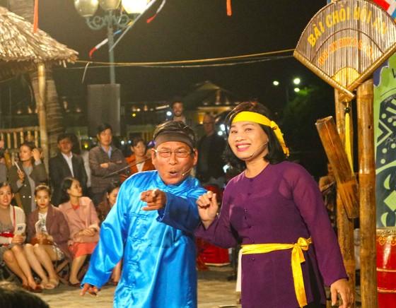 Đêm giao thừa, hoa hậu Tiểu Vy tham gia rước sắc bùa tại Hội An ảnh 3