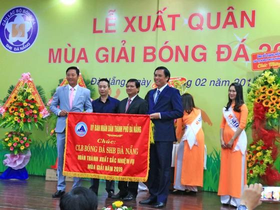 HLV Lê Huỳnh Đức (trái) tại Lễ xuất quân sáng 20-2.
