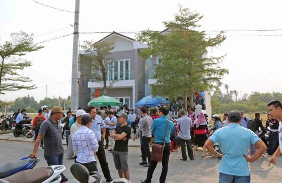 Hàng trăm người mua đất bao vây trụ sở công ty bất động sản ảnh 2