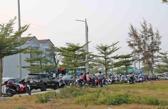 Hàng trăm người mua đất bao vây trụ sở công ty bất động sản ảnh 1