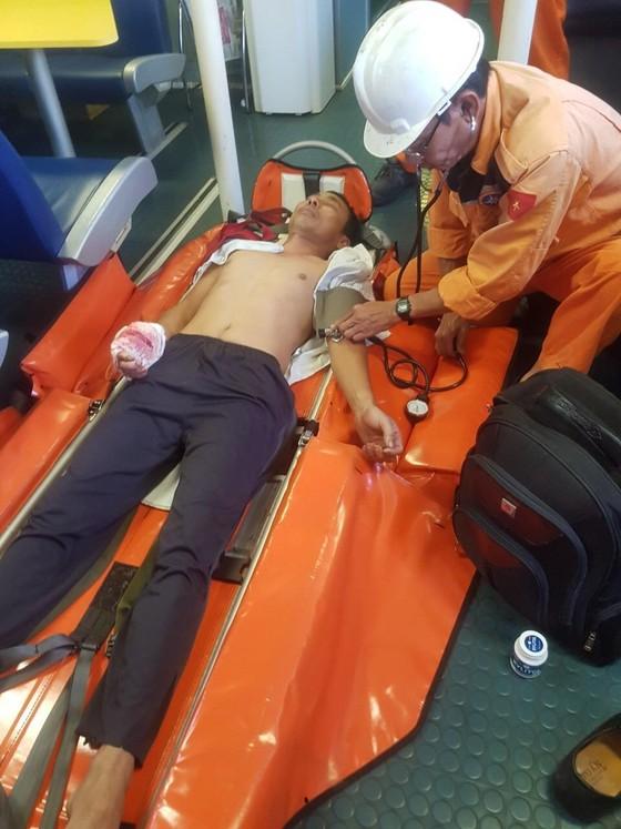 Cứu thuyền trưởng tàu bị dập nát bàn tay khi hành nghề tại Hoàng Sa ảnh 1