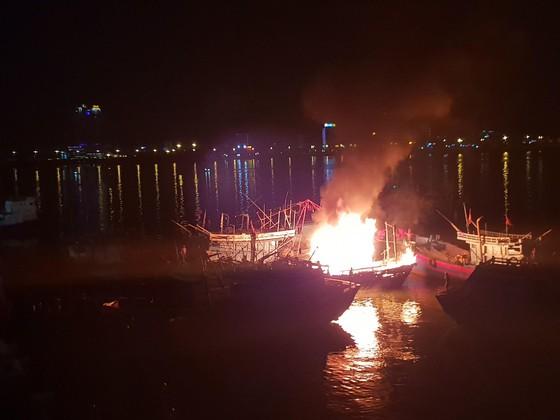 Tàu cá bốc cháy dữ dội giữa đêm ảnh 1