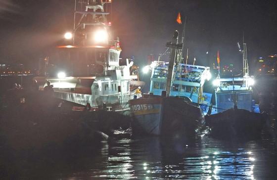 Xuyên đêm cứu 16 ngư dân trên 2 tàu cá gặp nạn tại vùng biển Hoàng Sa ảnh 1