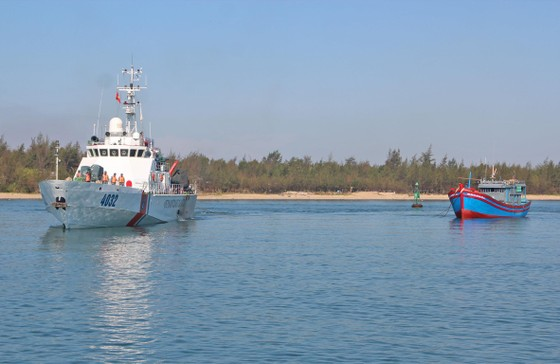 6 ngư dân bị nạn trên biển Hoàng Sa đã được đưa vào bờ ảnh 2