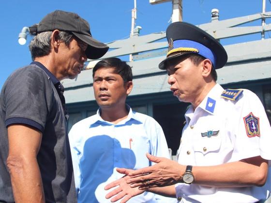 6 ngư dân bị nạn trên biển Hoàng Sa đã được đưa vào bờ ảnh 1