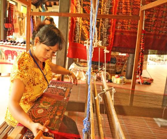 Hơn 80 nghệ nhân đến từ các làng nghề truyền thống sẽ trình diễn ươm tơ, dệt lụa tại Hội An ảnh 1