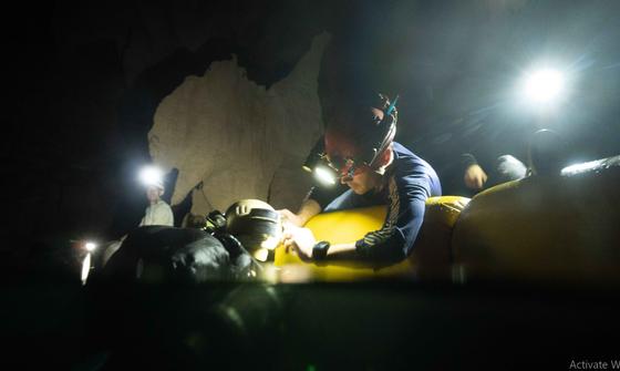 Nghẹt thở quang cảnh lặn sông ngầm bên dưới Sơn Đoòng ảnh 5