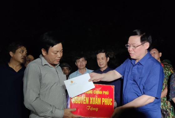 Phó Thủ tướng Vương Đình Huệ thăm, tặng quà người dân vùng lũ Quảng Bình ảnh 1