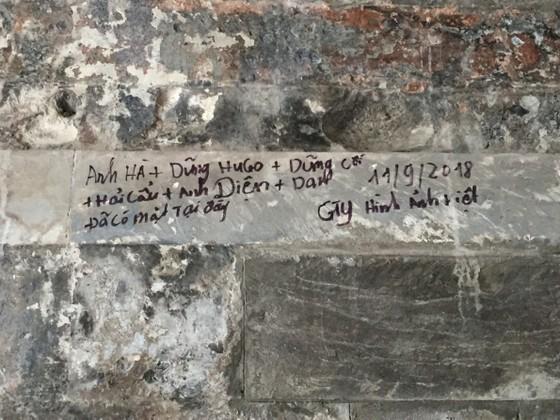 Di tích lịch sử bị vấy bẩn ở Hà Nội ảnh 2