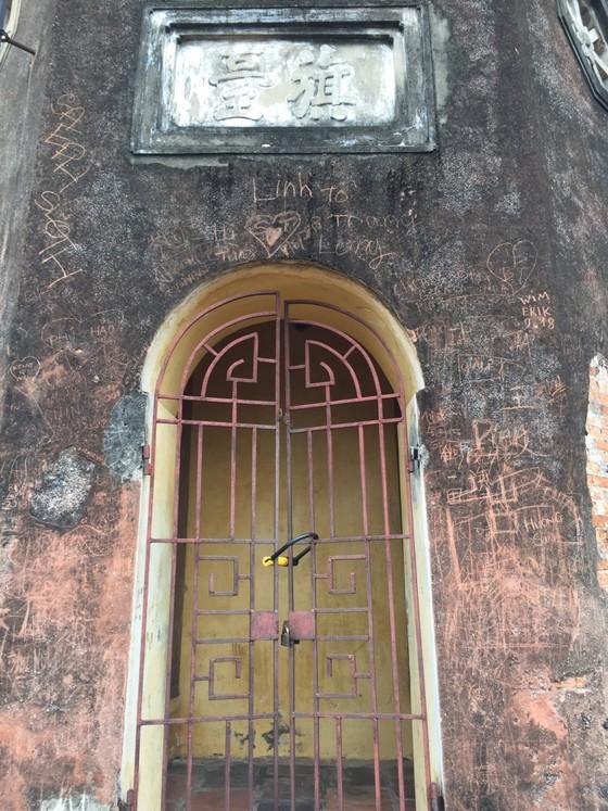 Di tích lịch sử bị vấy bẩn ở Hà Nội ảnh 4