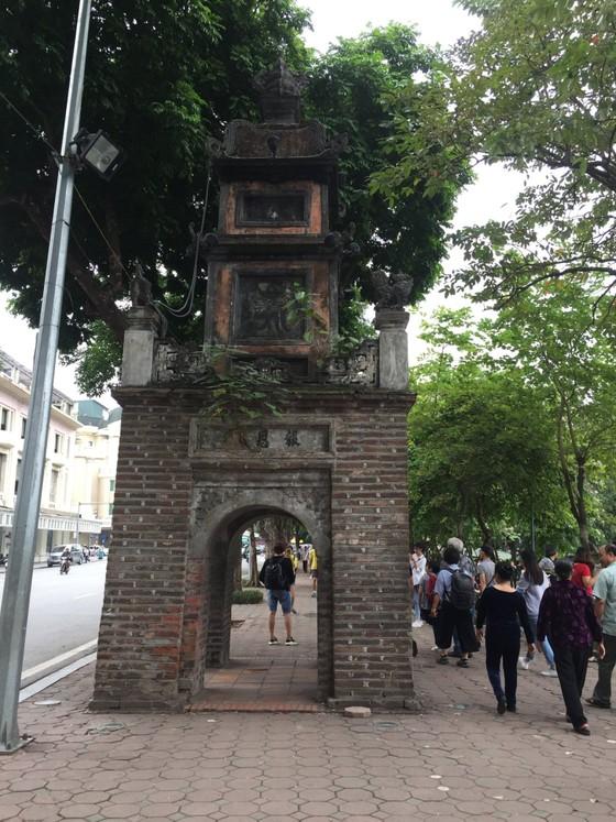 Di tích lịch sử bị vấy bẩn ở Hà Nội ảnh 7
