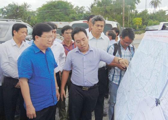 Phó Thủ tướng Trịnh Đình Dũng khảo sát vị trí xây dựng cầu Đại Ngãi ảnh 1