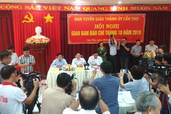Giao ban báo chí TP Cần Thơ: Nhiều câu hỏi về vụ đổi 100 USD chưa được trả lời dứt điểm ảnh 1
