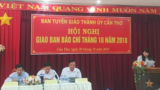 Giao ban báo chí TP Cần Thơ: Nhiều câu hỏi về vụ đổi 100 USD chưa được trả lời dứt điểm ảnh 2