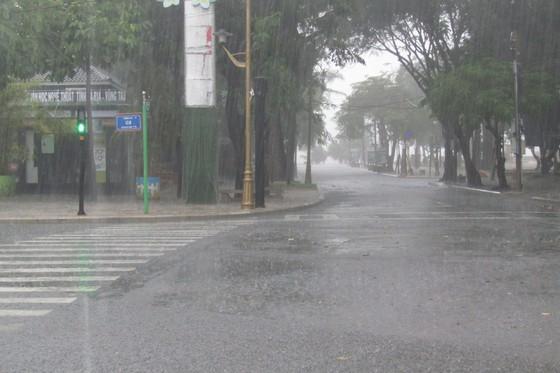 Vũng Tàu - Bến Tre mưa lớn, gió giật mạnh, Khánh Hòa - Ninh Thuận ngập lụt, đường sắt tê liệt  ảnh 9