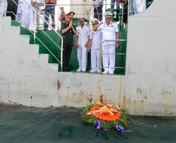 Quân chủng Hải quân tưởng niệm cán bộ, chiến sĩ hy sinh trong chiến dịch đổ bộ đường biển Tà Lơn ảnh 1