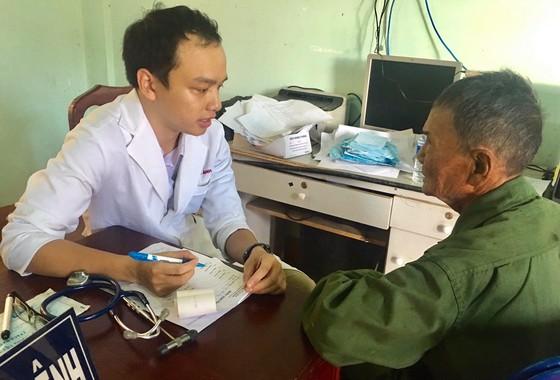 Khám bệnh, tặng quà tết cho hàng trăm người dân nghèo tại Bình Phước ảnh 1
