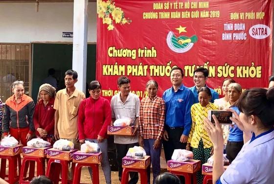 Khám bệnh, tặng quà tết cho hàng trăm người dân nghèo tại Bình Phước ảnh 2