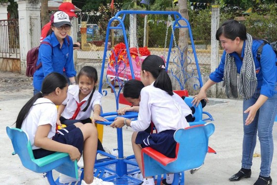 Trao sân chơi, tủ sách thiếu nhi cho trẻ vùng xa tỉnh Tây Ninh ảnh 4