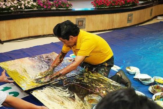 Họa sĩ Đoàn Việt Tiến lập kỷ lục thế giới vẽ 12 bức tranh ngược trên kính cường lực ảnh 2