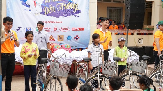 """Mang """"Áo trắng đến trường"""" cho 600 học sinh nghèo Cù Lao Dung, Sóc Trăng ảnh 3"""