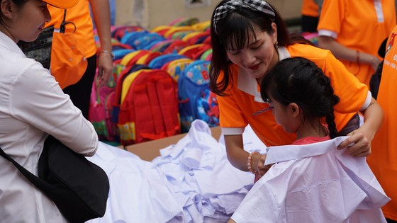 """Mang """"Áo trắng đến trường"""" cho 600 học sinh nghèo Cù Lao Dung, Sóc Trăng ảnh 1"""